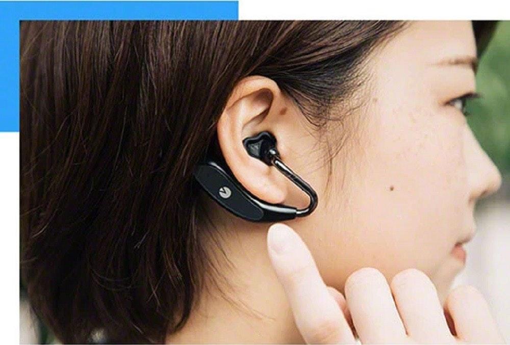 照片中包含了耳、麥克風、聽力、釘、耳機
