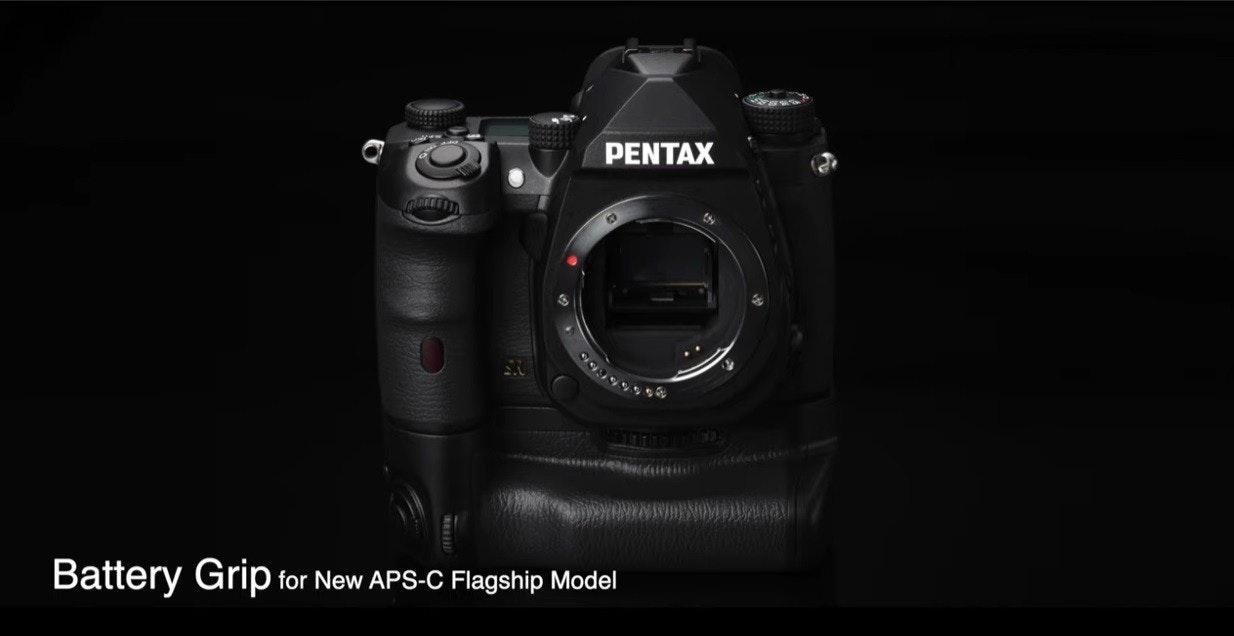 照片中提到了PENTAX、Battery Grip for New APS-C Flagship Model,跟賓得有關,包含了賓得Optimo、數碼單反、鏡頭、無反光鏡可換鏡頭相機、單反相機