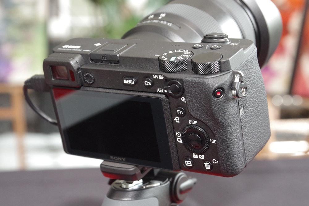 照片中提到了ni、AF/MF、MENU,包含了相機配件、數碼單反、無反光鏡可換鏡頭相機、鏡頭、索尼α7RIV