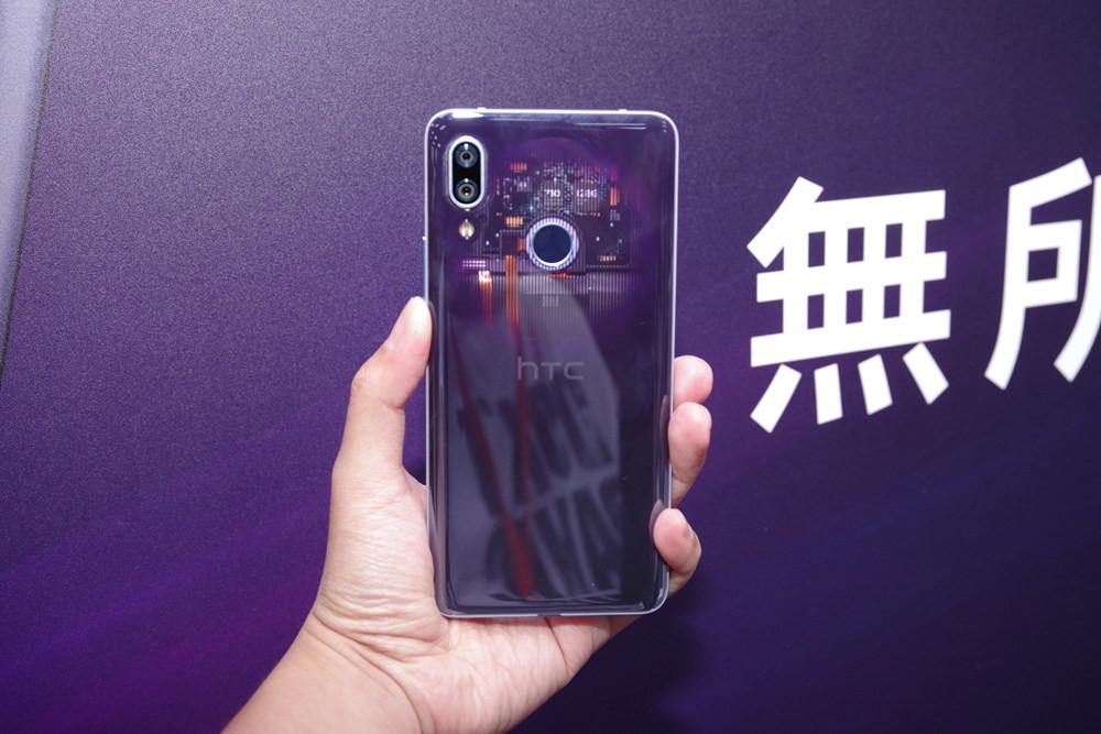 照片中提到了無历、hTC,包含了功能手機、功能手機、手機、HTC Wildfire、HTC Desire 19 Plus Dual Sim 64GB藍色