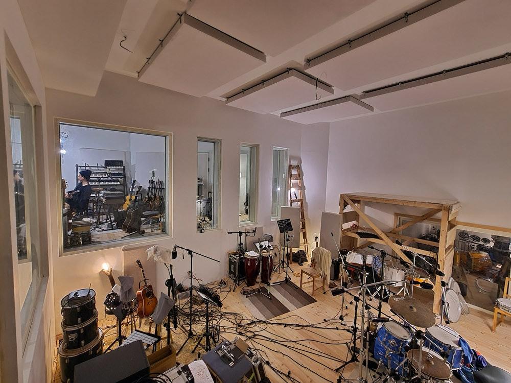 照片中包含了天花板、室内设计服务、天花板、房地产、设计