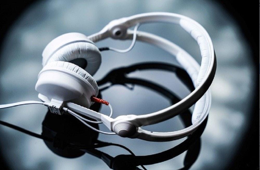 照片中包含了頭戴式耳機、森海塞爾、森海塞爾HD 25-1 II、音響器材、電子遊戲機