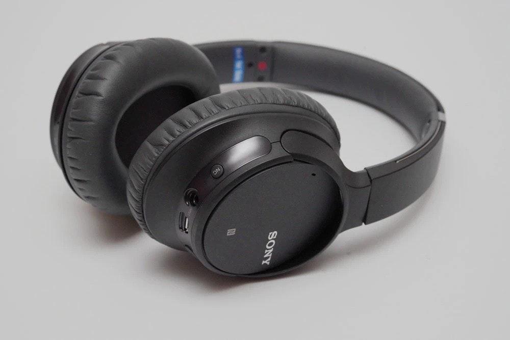 照片中提到了SONY,包含了頭戴式耳機、索尼WH-CH700N、降噪耳機、耳機、降噪耳機