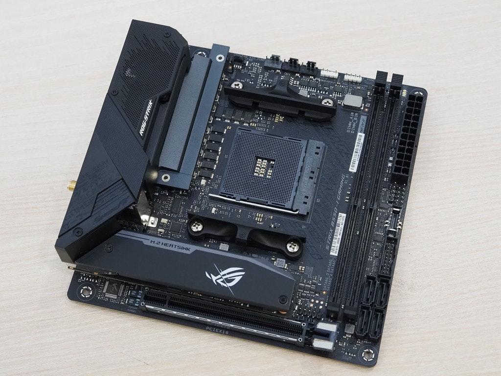"""照片中提到了ROG-STR*、*"""".....、DIMM BI,跟華碩有關,包含了電腦硬件、電腦硬件、中央處理器、母板、快閃記憶體"""