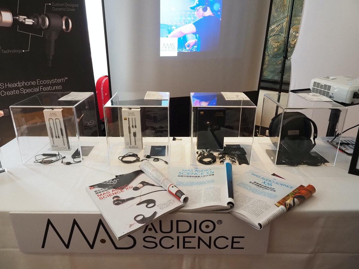 照片中提到了Custom Designed、Dynamic Driver、ETechnology,跟馬普爾霍爾學校有關,包含了表、室內設計服務、產品設計、牌、家具類