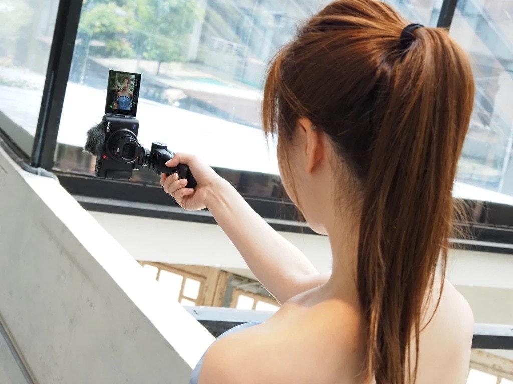 照片中包含了女孩、索尼公司、索尼Cyber-shot RX-100、相機、視頻博客