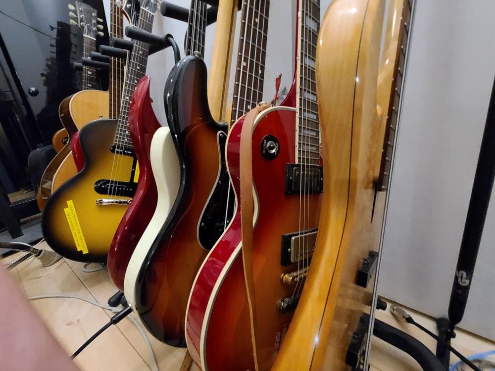 照片中包含了低音吉他、低音吉他、原声吉他、电吉他、民谣吉他