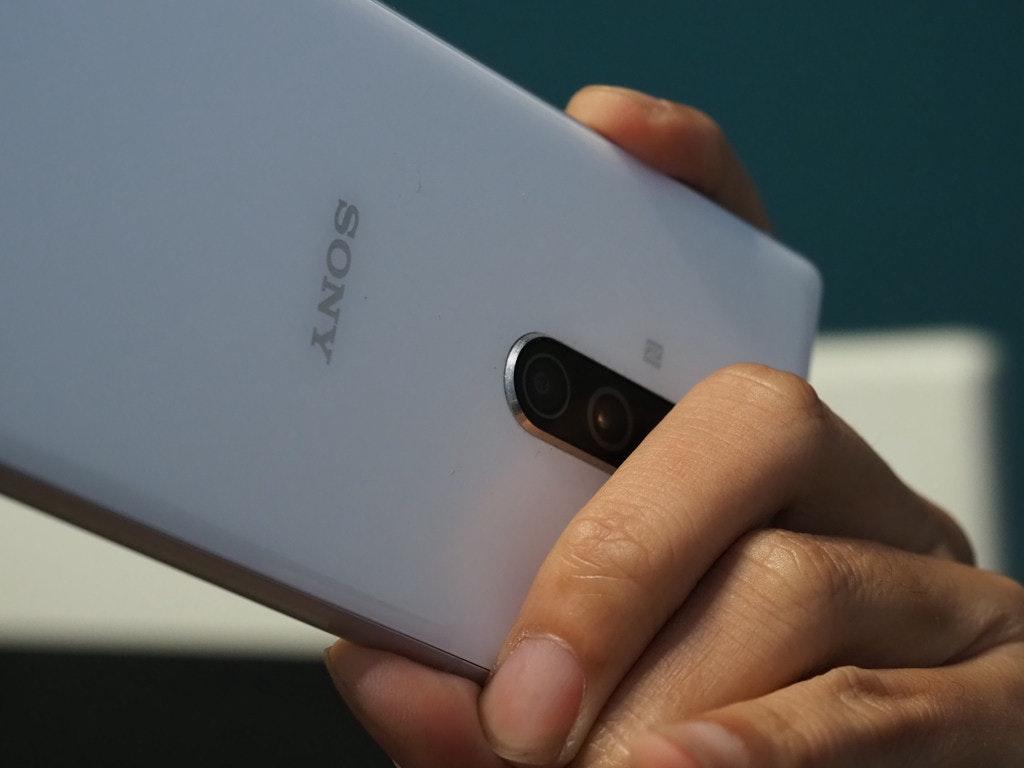 照片中提到了SONY,跟索尼手机有关,包含了特写、手机、产品设计、钉、特写