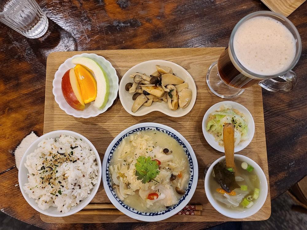 照片中包含了早餐、熟米饭、早餐、午餐、素食料理