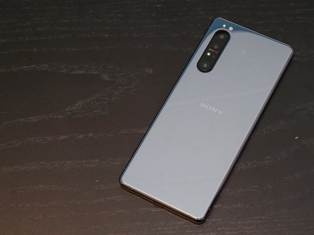 照片中提到了ZEISS T、SONY、EGO,跟了索尼有关,包含了手机、手机、功能手机、手机配件、产品设计