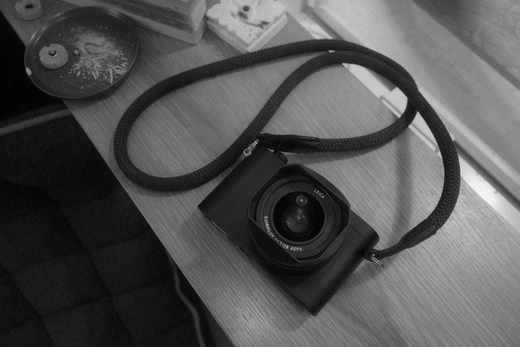 照片中提到了LEICA、MILUY 11 T/28 ASPH.,包含了照片、數碼單反、照片、鏡頭、黑與白