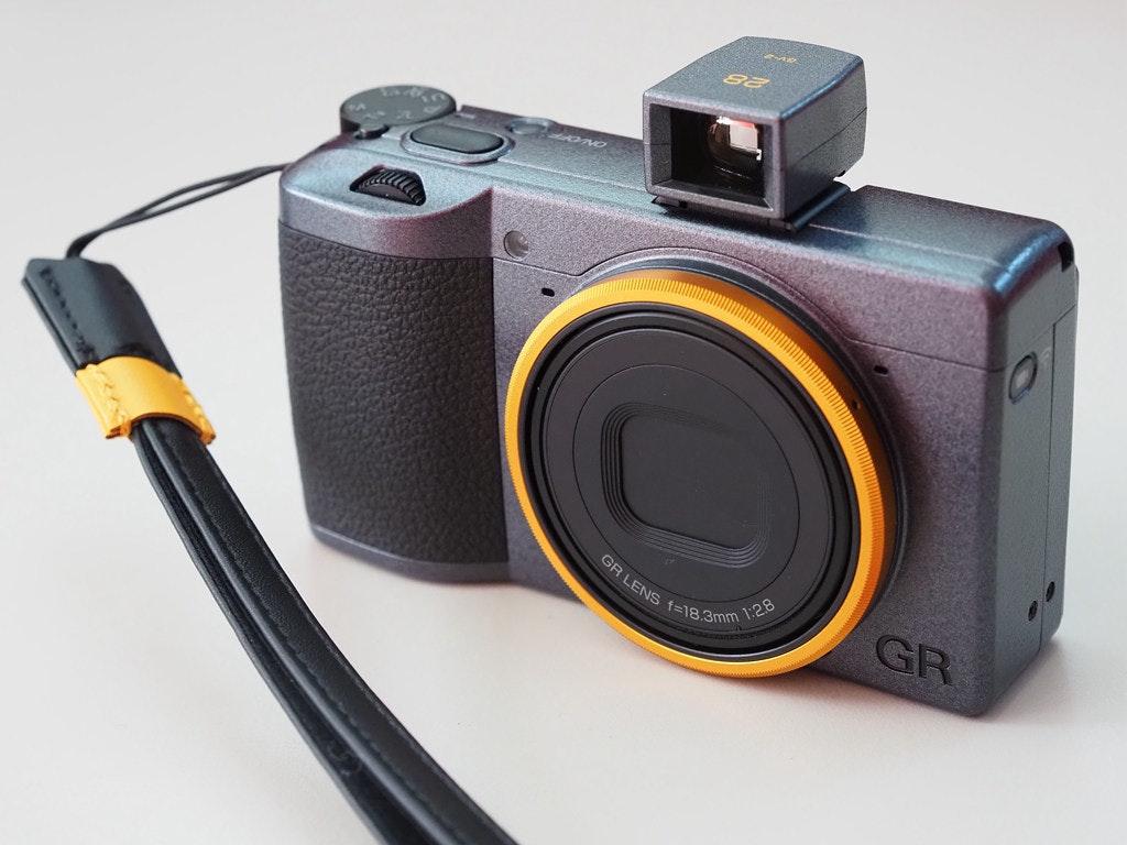 照片中提到了GR LENS f=18,3mm、1:28、GR,跟魁北克聯盟大道有關,包含了相機配件、數碼單反、無反光鏡可換鏡頭相機、賓得、理光GR Digital III