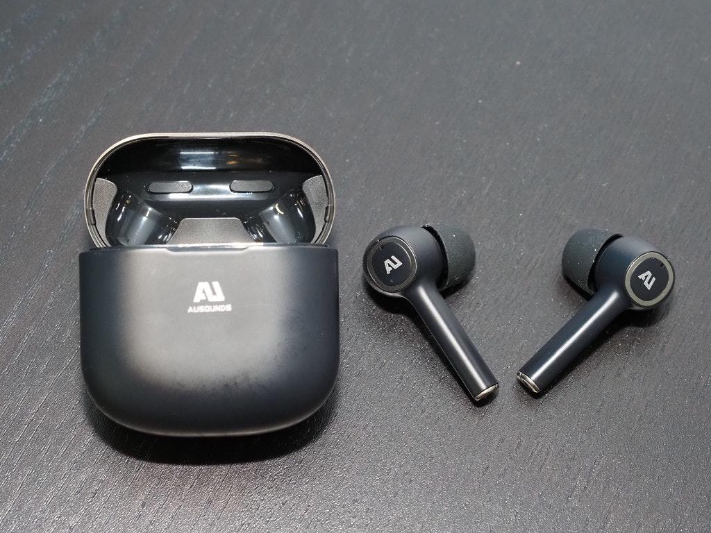 照片中提到了A、AI、AUSOUNDS,跟奧斯汀豌豆州立大學有關,包含了硬件、產品設計、音響器材、設計、產品