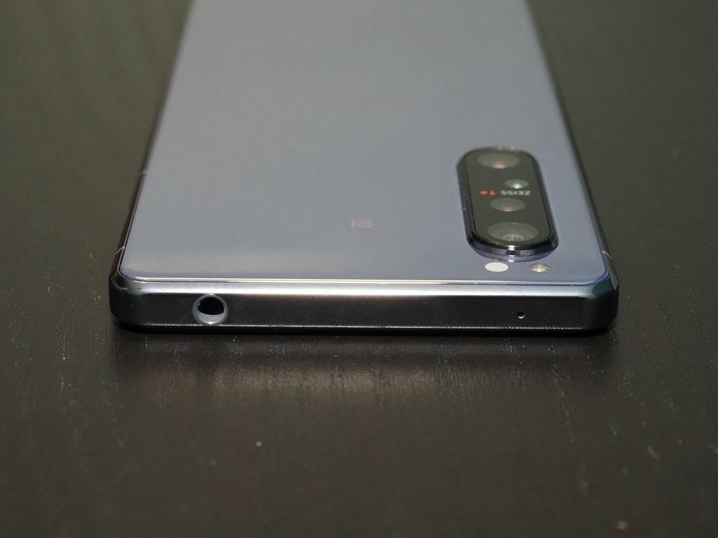 照片中提到了ASSIZ,包含了电子产品、手机、功能手机、产品设计、蜂窝网络