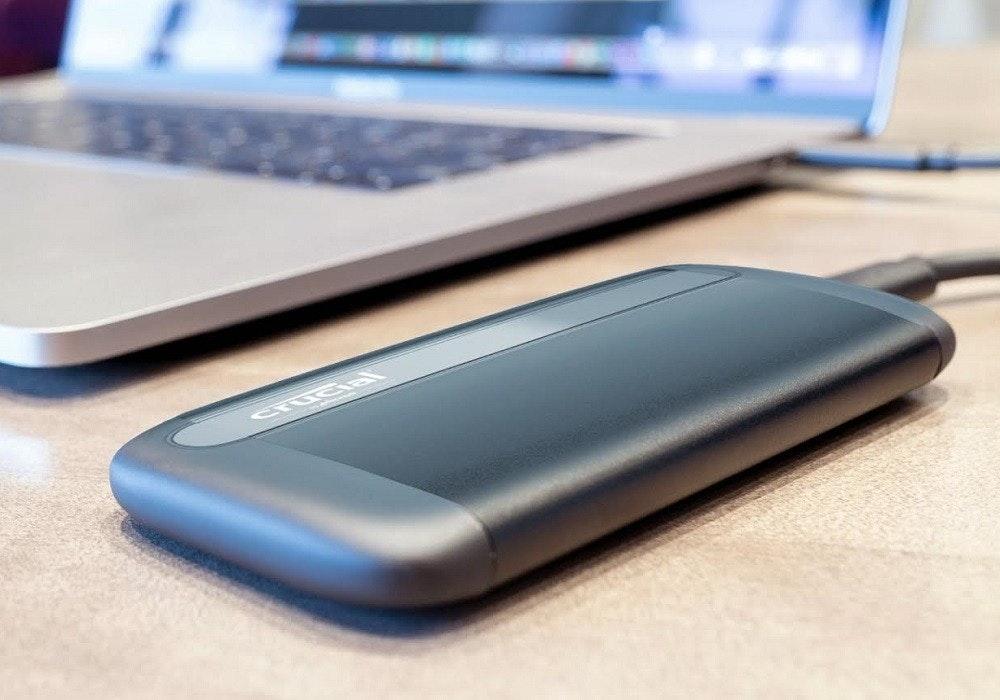 照片中提到了CrUCIal,包含了電子配件、至關重要的x8便攜式SSD、美光科技、固態硬盤、關鍵
