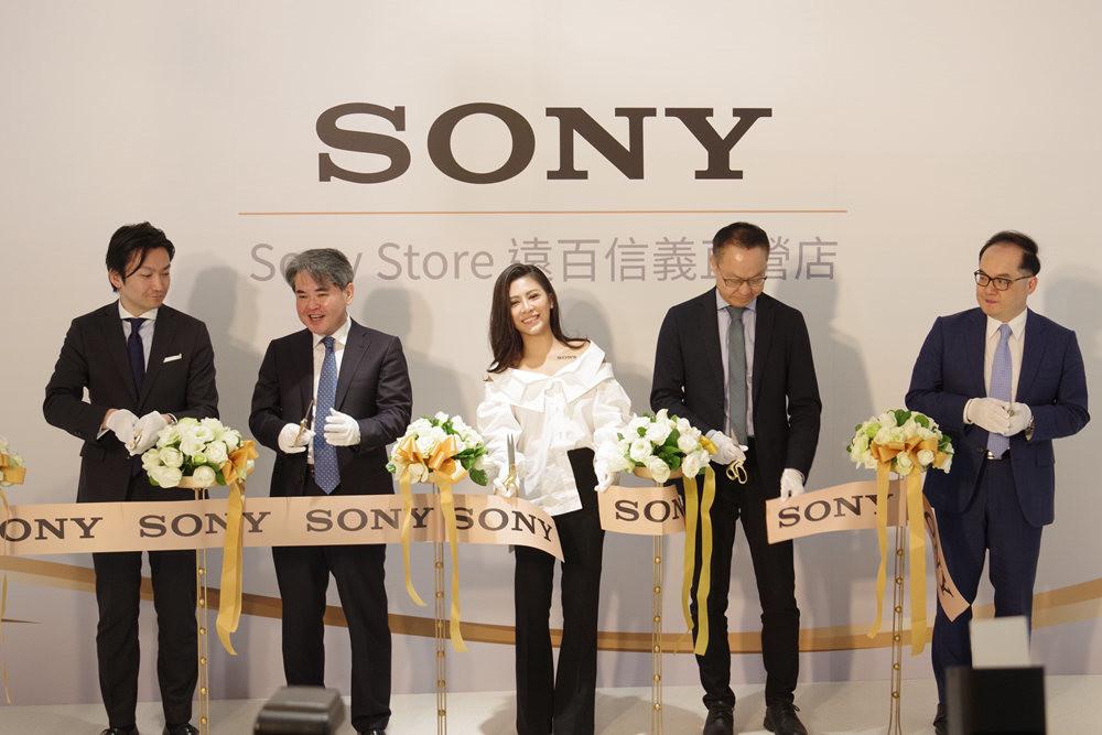 照片中提到了SONY、S Store HE E、SONY SONY,跟了索尼有關,包含了索尼公司、婚禮、新郎、燕尾服、燕尾服M.