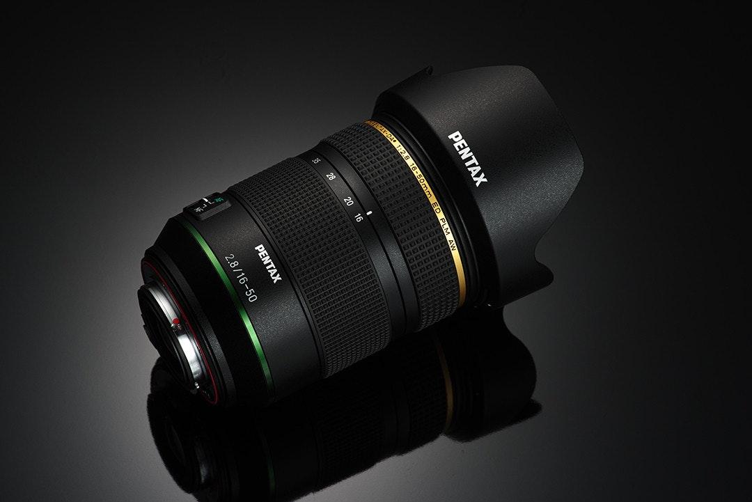 照片中提到了ΡEΝΤAX、r-DA、28,跟倫塔爾有關,包含了數碼單反、單反相機、賓得 Star Lens 標準變焦鏡頭 DA 16-50mm F2.8ED AL SDM K 卡口 APS-C 尺寸 21650、鏡頭、賓得
