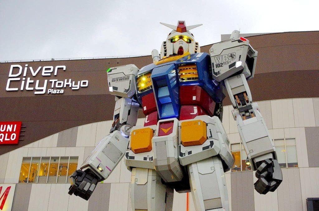 照片中提到了Diver、City Tokyo、WBB,包含了高達雕像、機器人、真人大小的獨角獸高達雕像、RKVV Nederwetten、樂高積木