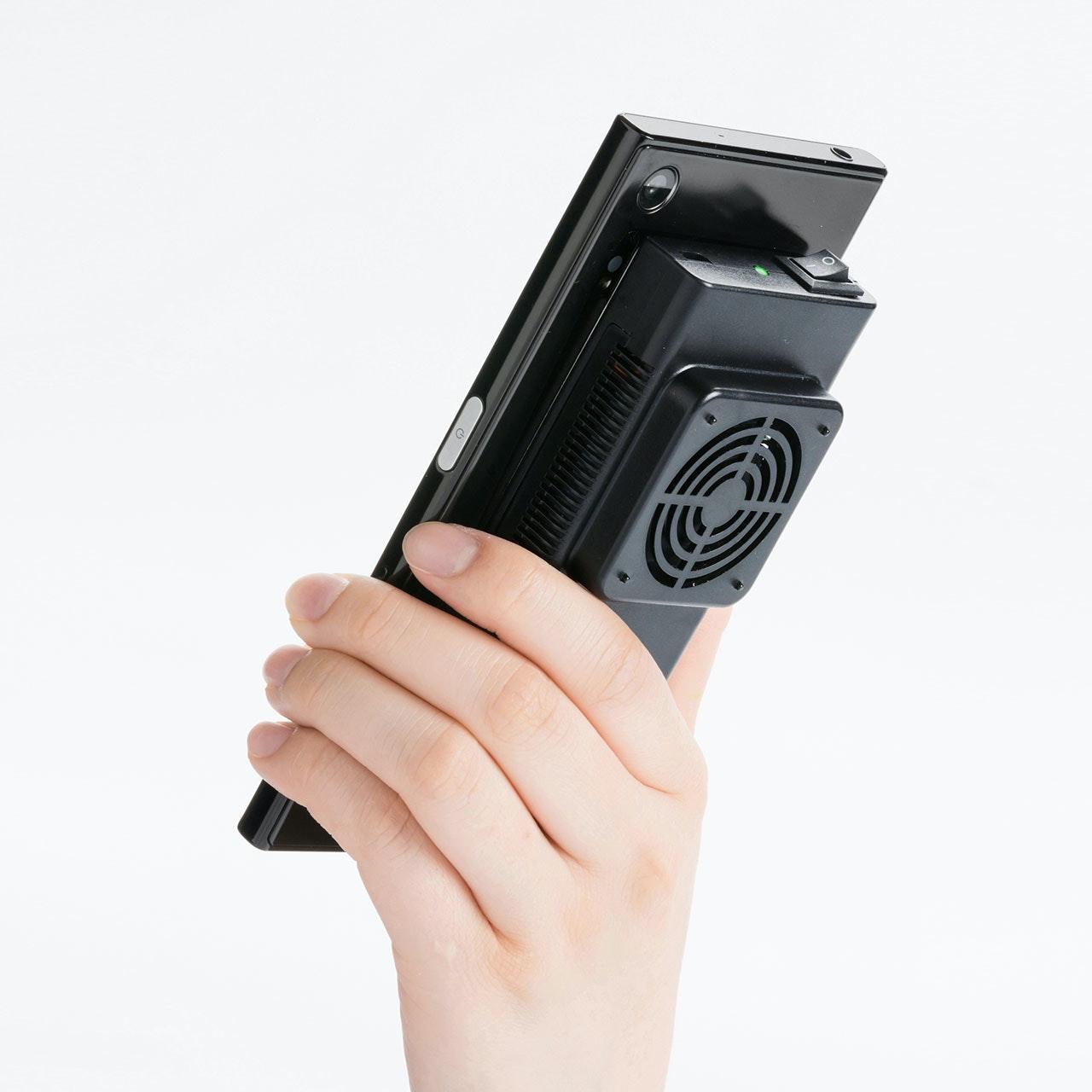 照片中包含了相機配件、三和供應、Sanwa Direct 智能手機冷卻器 帶電子功率的即時冷卻 Peltier 元件 可充電智能手機冷卻 400-CLN027、電腦、手機