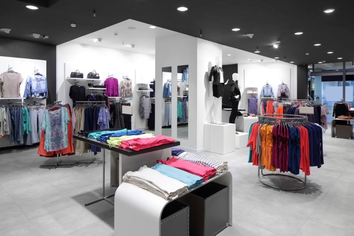照片中包含了零售店樓層、零售、服裝店、服裝、推銷