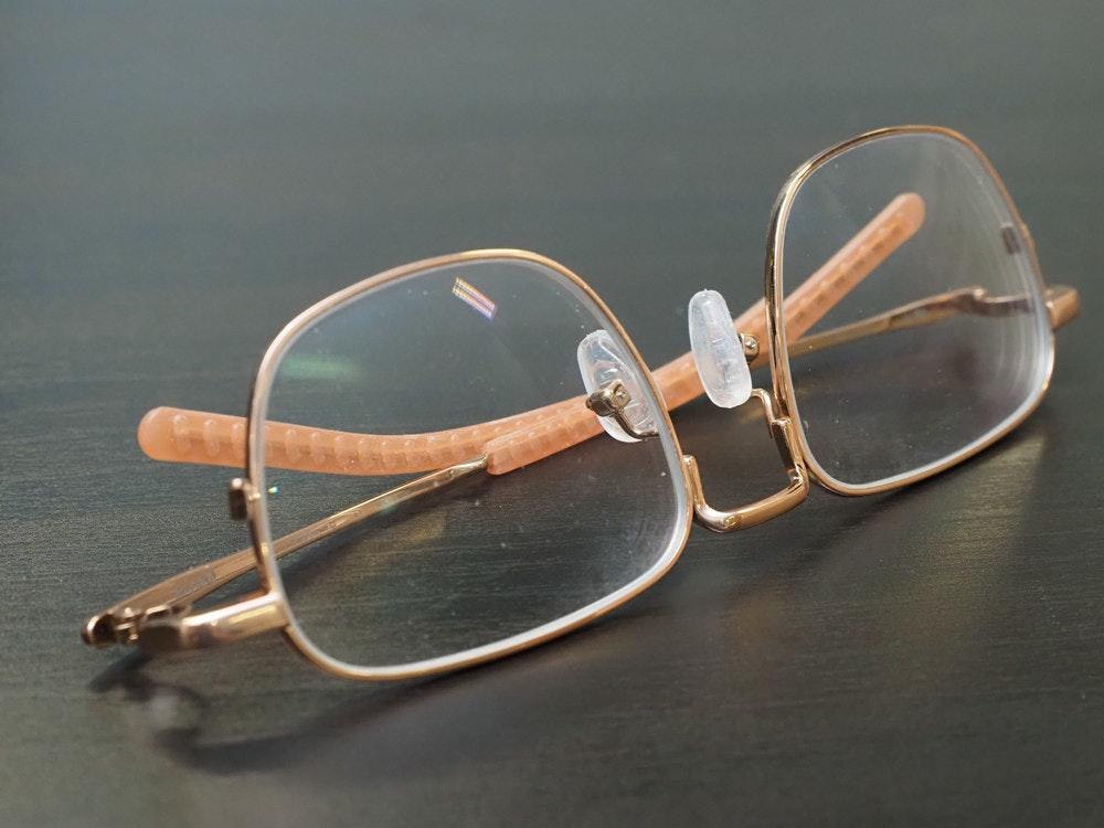 照片中包含了眼鏡、風鏡、眼鏡、個人保護設備、產品設計