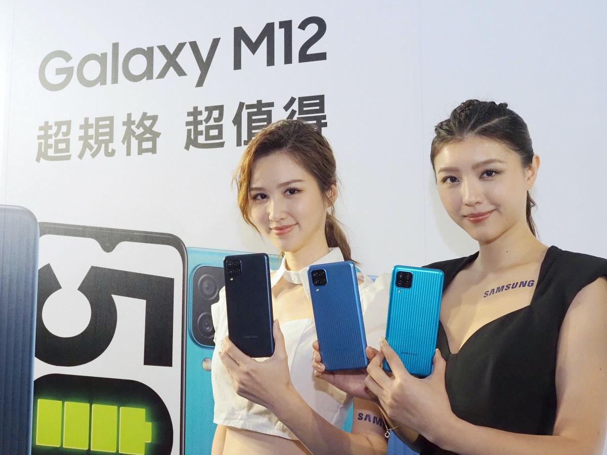 照片中提到了Galaxy M12、超規格 超值得、SAMSUNG,跟三星集團有關,包含了女孩、公共關係、通訊、小工具、M-音頻