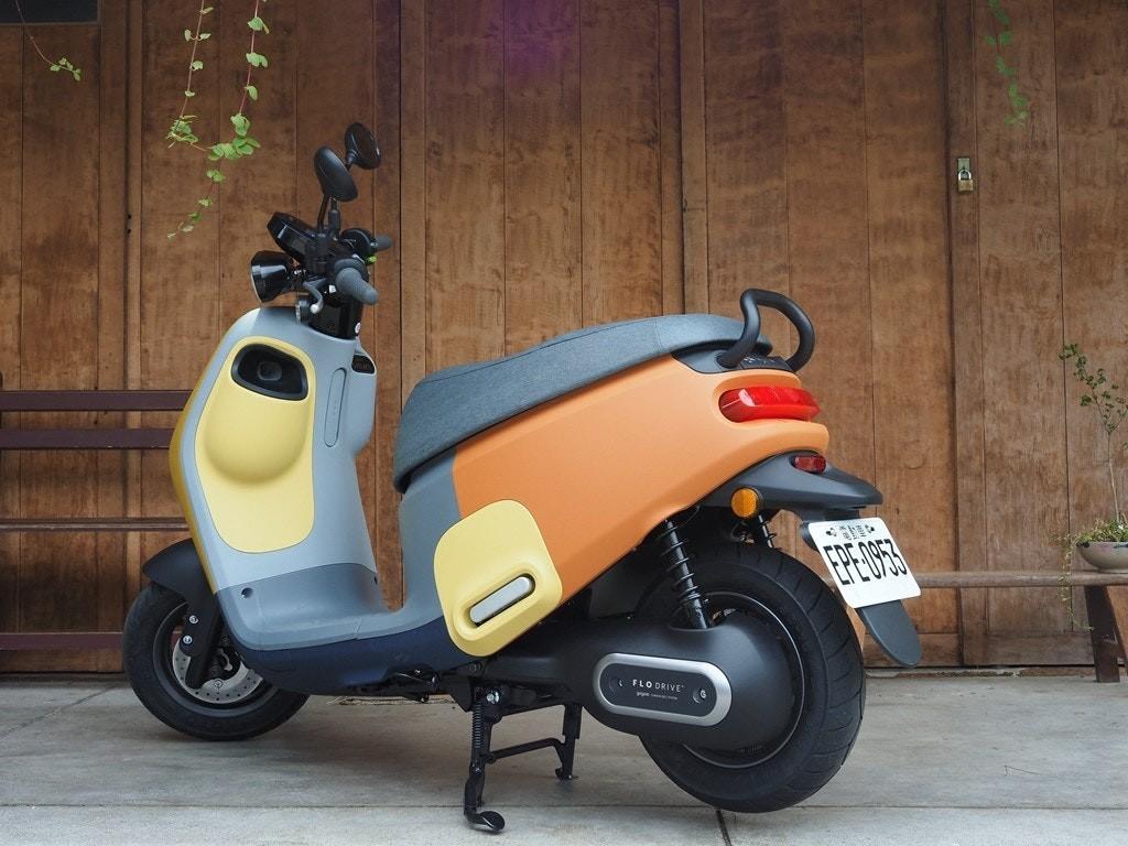 照片中提到了FLO DRIVE,包含了汽車、摩托車、汽車、雷克薩斯ES、汽車設計