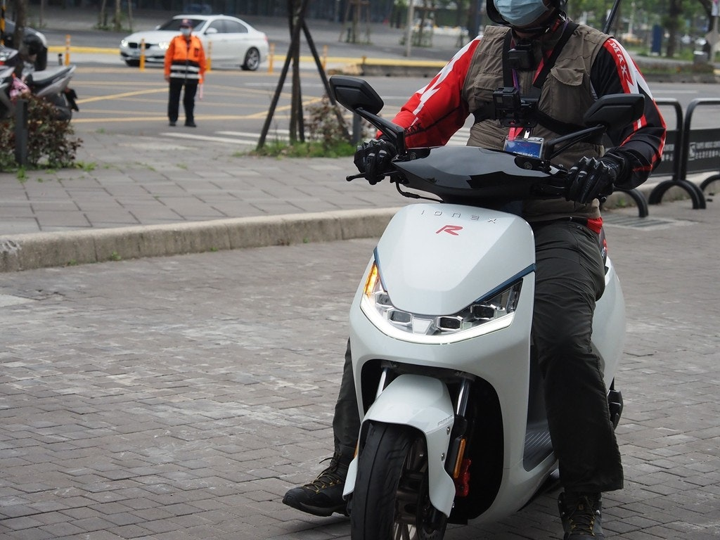 照片中包含了汽車、摩托車配件、摩托車、摩托車、摩托車