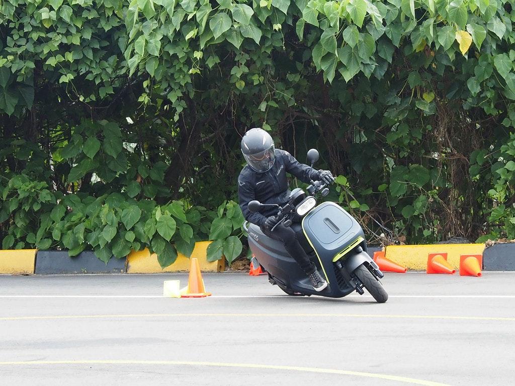 照片中包含了汽車、汽車、摩托車、摩托車頭盔、電單車