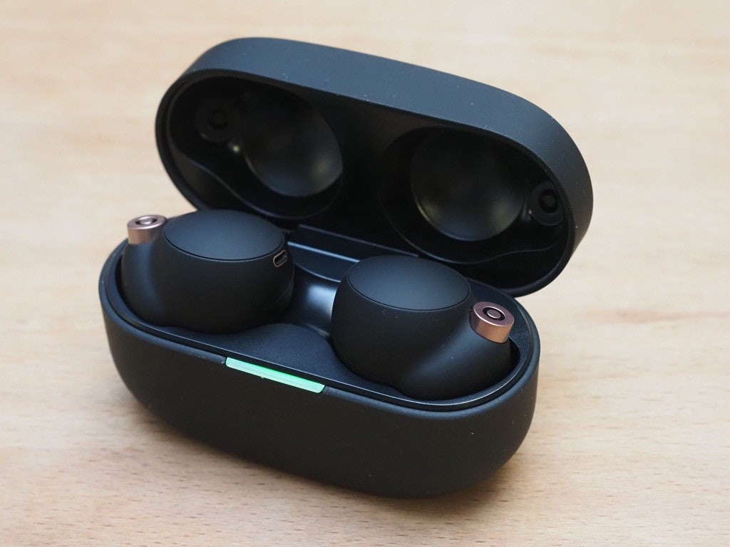 照片中跟麥格理集團有關,包含了風鏡、主動噪音控制、Optoma NuForce 是免費的、索尼公司、無線