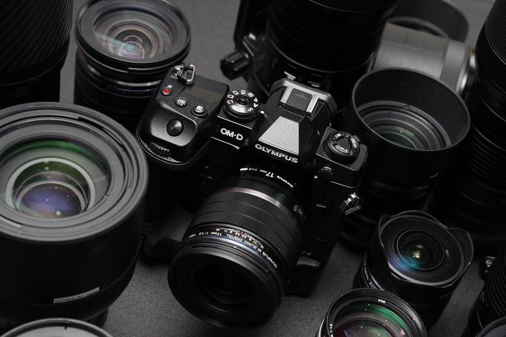 照片中提到了OM-D、OLYMPUS、OMINZ,跟奧林巴斯公司、康拉德電子有關,包含了鏡頭、單反相機、鏡頭、奧林巴斯OM-D E-M1X、單反相機