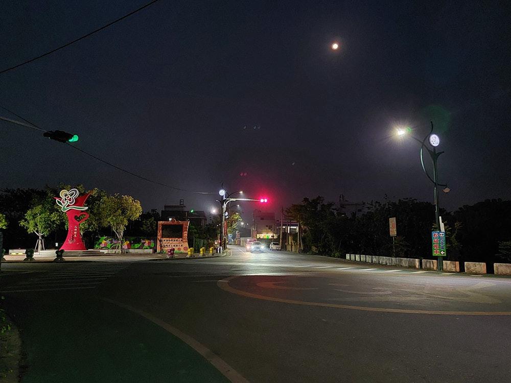 照片中跟拉哈国际学校有关,包含了晚、路灯、灯具、黑暗、晚