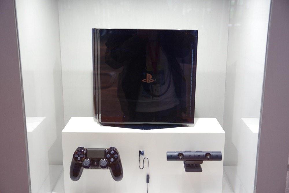 照片中跟PlayStation VR有關,包含了家具類、PlayStation 4專業版、的PlayStation 5、電子產品