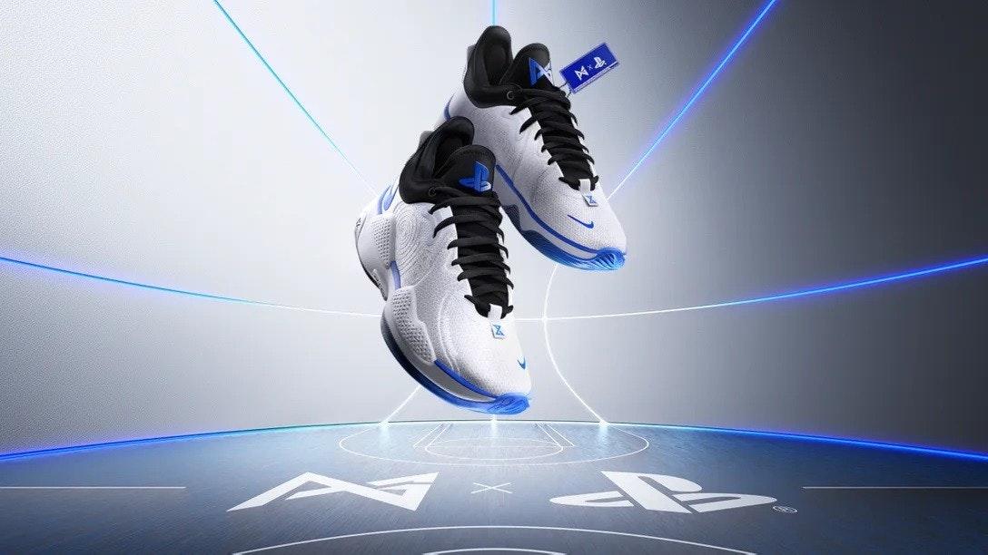 照片中跟運河N有關,包含了鞋子、的PlayStation 5、棘輪與叮噹聲:裂谷、鞋子、Xbox系列X和系列S