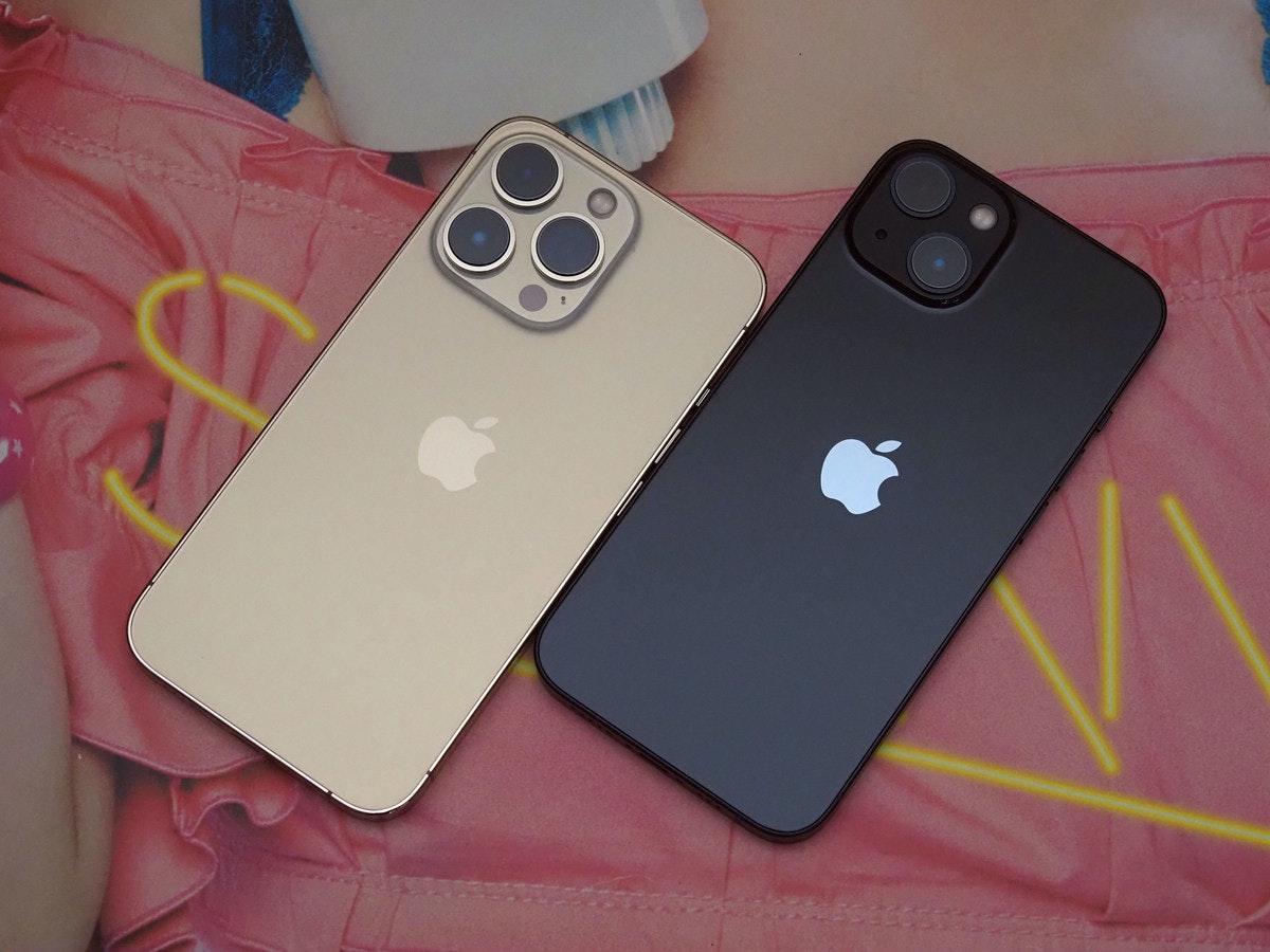 照片中跟蘋果公司。、蘋果公司。有關,包含了功能手機、功能手機、移動電話、手機、手機配件