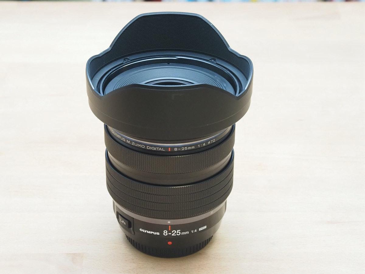 照片中提到了GLYMPUS M.ZUIKO DIGITAL I 8-25 mm 1: 4 72、OLYMPUS、8-25m,包含了鏡頭、魚眼鏡頭、鏡頭遮光罩、單反相機、相機