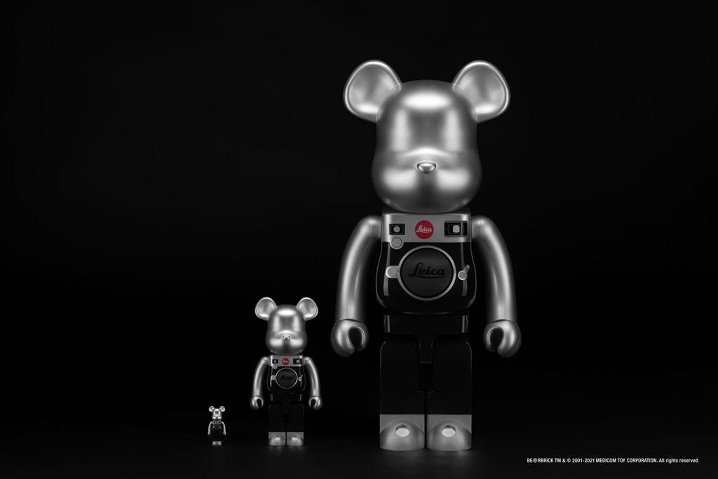 照片中提到了Leica)、BEORBRICK TM &O 2001-2021 MEDICOM TOY CORPORATION. Al rights reserved.,跟徠卡測量系統有關,包含了機器人、靜物攝影、黑與白、汽車設計、機器人