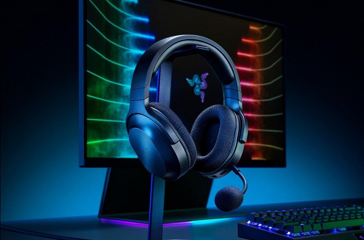 照片中跟雷蛇公司有關,包含了頭戴式耳機、Razer Barracuda HP-1 遊戲耳機、遊戲耳機、對於遊戲