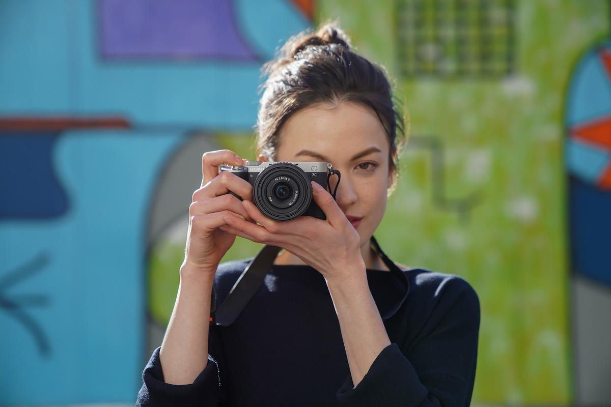 照片中包含了鏡頭、鏡頭、相機、索尼公司、定焦鏡頭