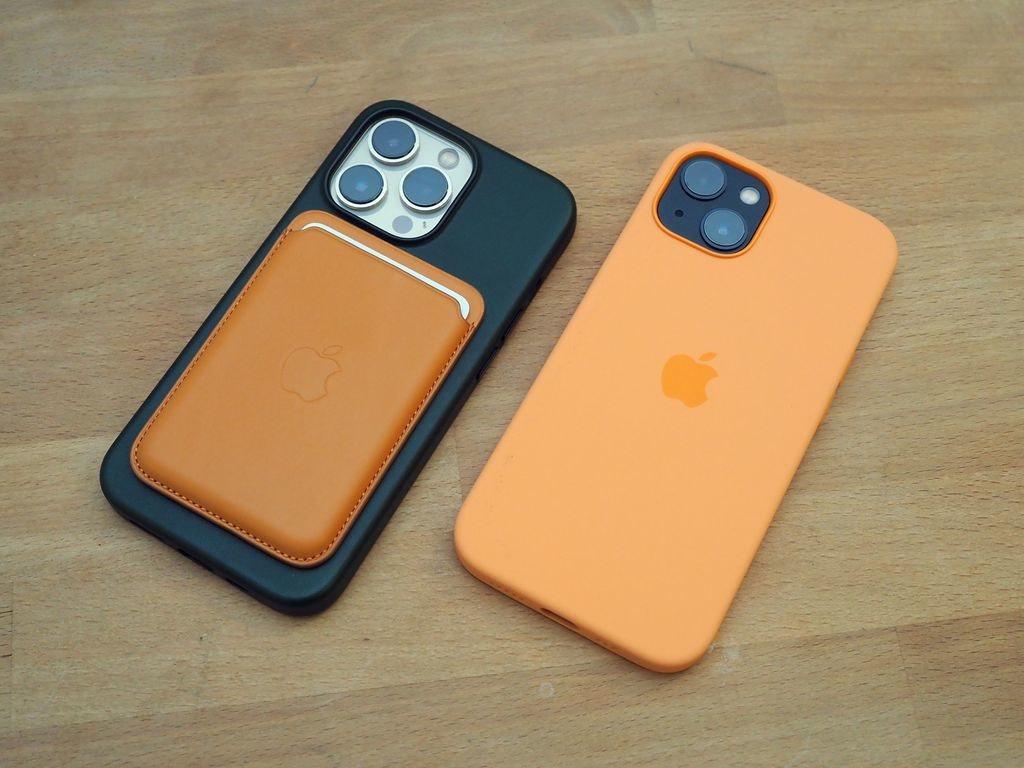 照片中跟蘋果公司。、蘋果公司。有關,包含了橙子、移動電話、功能手機、產品設計、手機配件