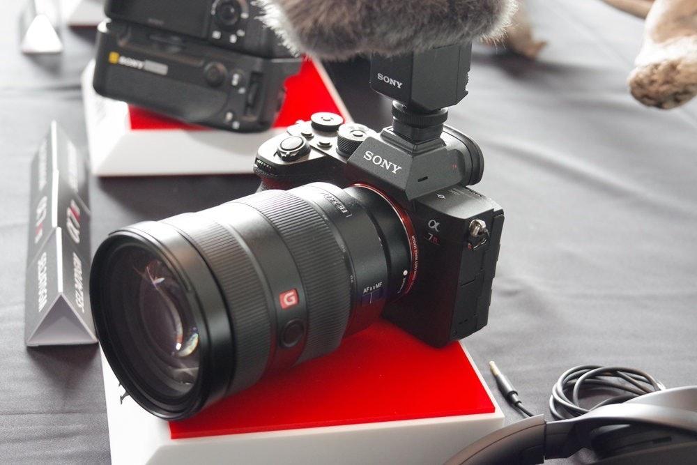 照片中提到了SONY、Ceo、SONY,包含了鏡頭、索尼α7RIV、鏡頭、動態隨機存取存儲器、索尼公司