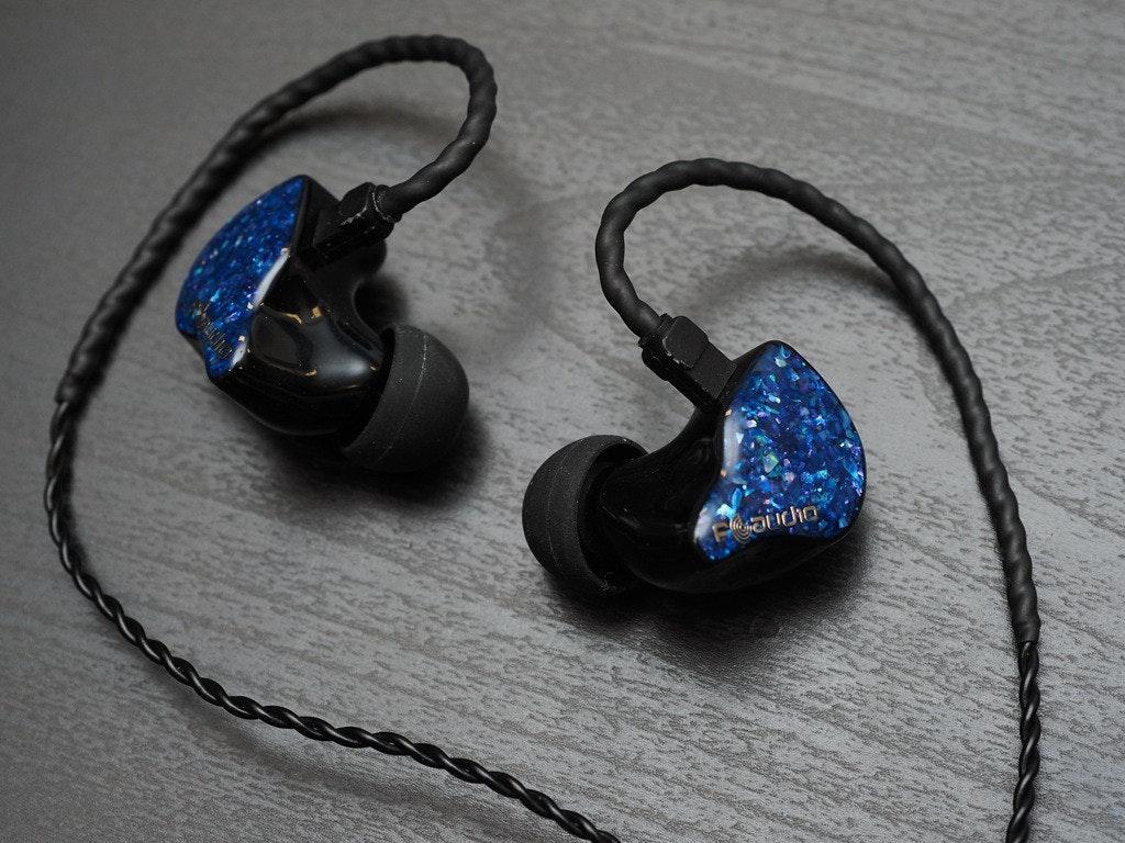 照片中包含了頭戴式耳機、視聽設備、產品設計、電子產品、設計
