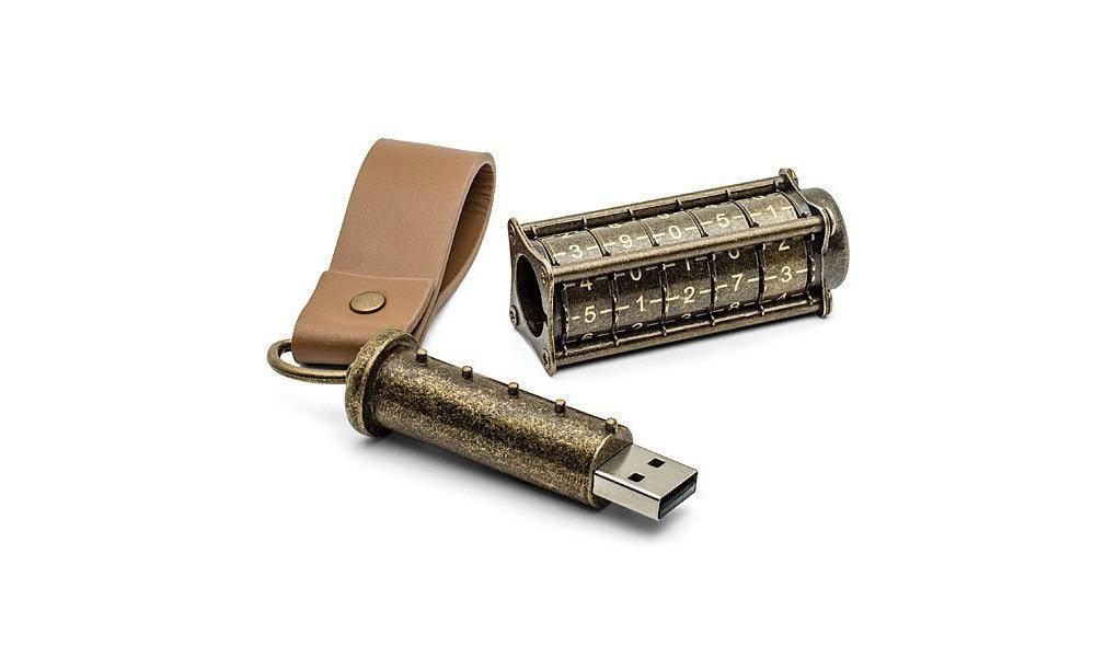 是輸入密碼先用到!Cryptex USB 手指外型酷似《達文西密碼》藏密筒這篇文章的首圖