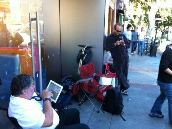 是Apple 員工編號第一號,第一個拿到 iPhone 4S 也是很合理的(親自排隊買)這篇文章的首圖