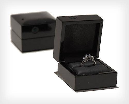 是內建攝影機的婚戒盒,捕捉求婚時未婚妻的驚呆表情這篇文章的首圖