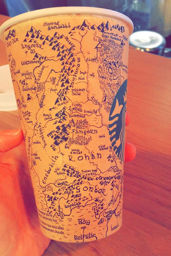 是一杯咖啡坐在星巴克五個小時的男子,在杯上畫了一幅...這篇文章的首圖