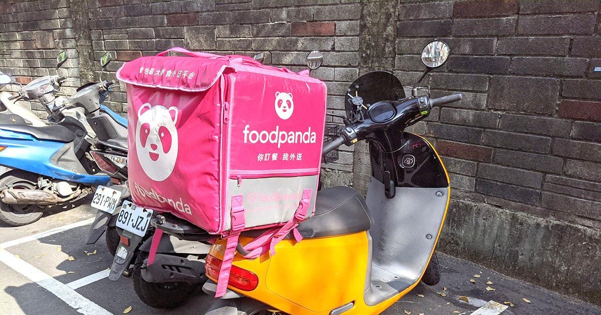 照片中提到了S最え美食が送平台、foodpanda、你訂餐我外送,跟熊貓、熊貓有關,包含了汽車、汽車、摩托車、街、踏板車M.