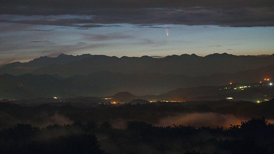 照片中包含了天空、C / 2020 F3(新星)、彗星、日落、大彗星