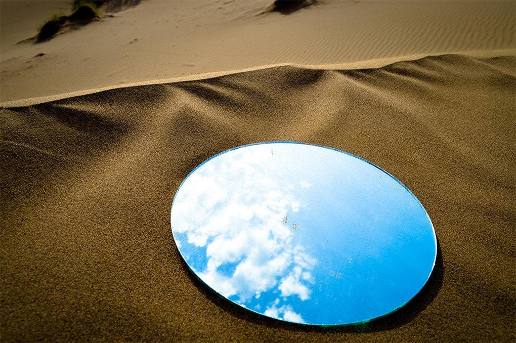 是如海市蜃樓的裝置藝術,沙漠與高樓的鏡中藍天這篇文章的首圖