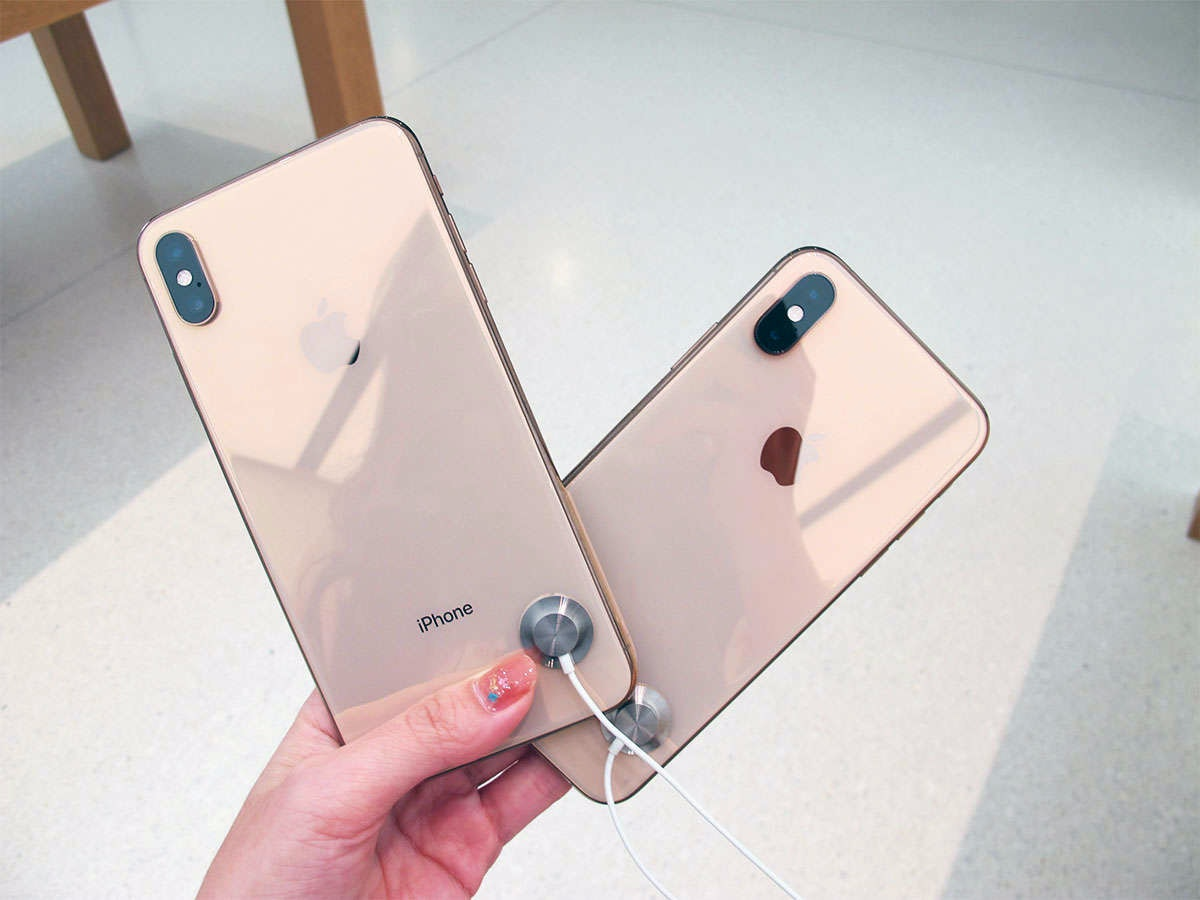 Apple iPhone XS Max, iPhone X, Smartphone, Apple iPhone 8, Touchscreen, Display device, Gold, Unboxing, , Black, iphone xs max 金, Smartphone, Gadget, Mobile phone, Communication Device, Iphone, Portable communications device, Electronic device, Technology, Design, Material property